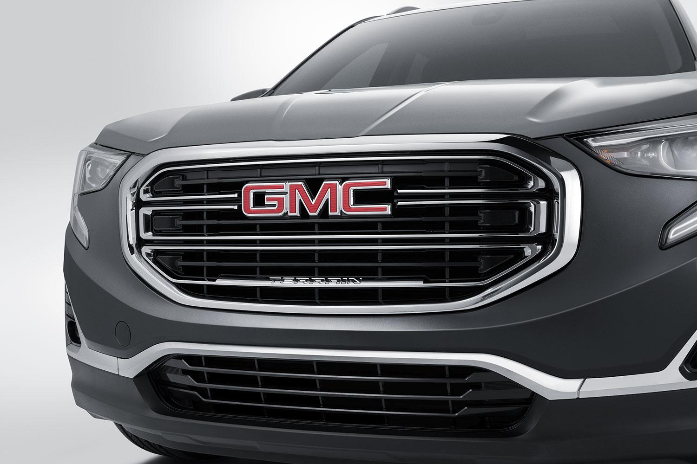 Parrilla negra con logo GMC con detalles cromados